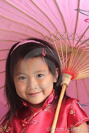 Oscar heeft met een meisje gezoend dat een chinees wordt genoemd omdat ze kaal is door de chemo en daarom een zwarte pruik heeft. deze pruik lijkt op het kapsel dat veel chinese meisjes hebben.