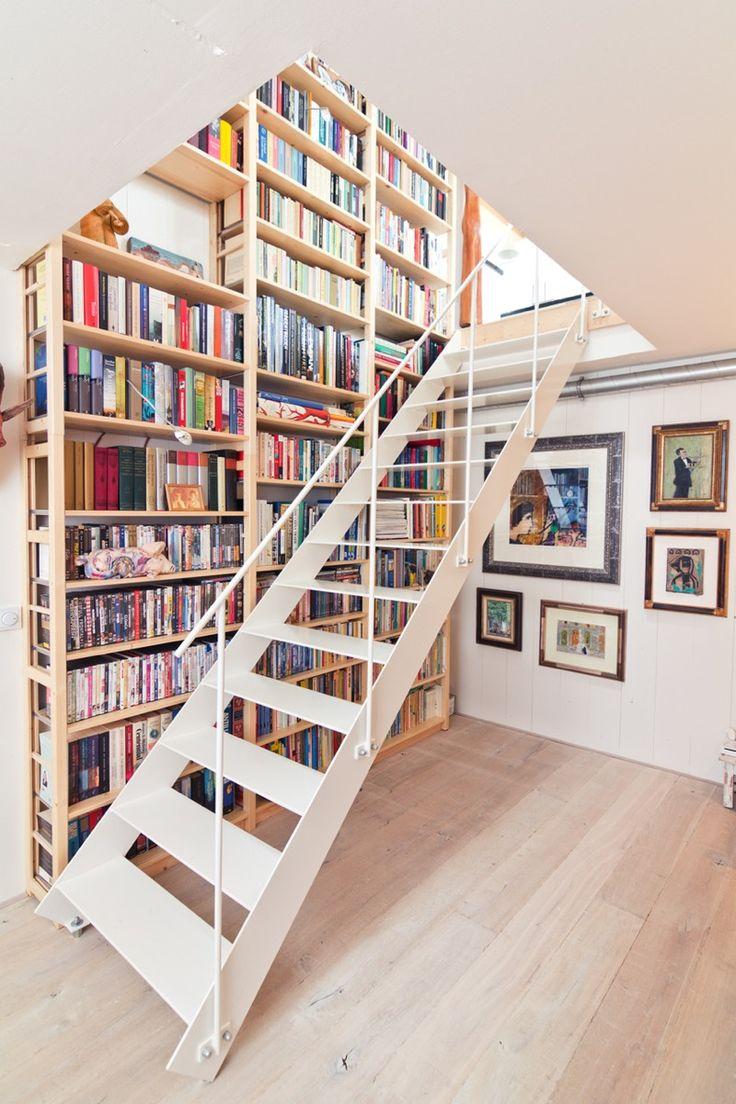 階段脇の作り付けの巨大本棚