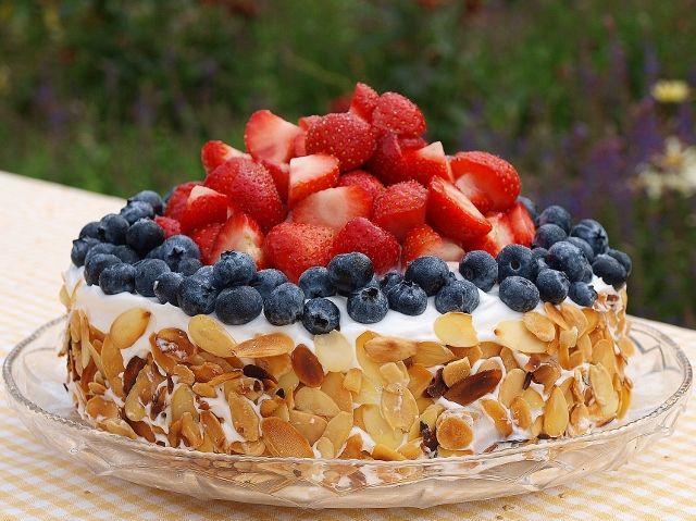 Min lillasyster fyller 19 år och det ska så klart firas med en jordgubbstårta. Inte vilken tårta som helst, eftersom hon är vegan får det bli en tårta fri från mejeri och ägg. Och lika god blev den…