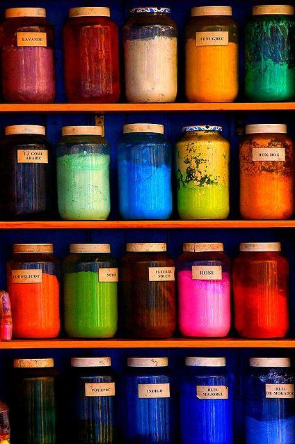 Des pots de pigments au Souk de Marrakech. Beaucoup de couleurs et de vie dans cette photo qui nous donne un aperçu de ce que doit être cet endroit. #Marrakech #Souk