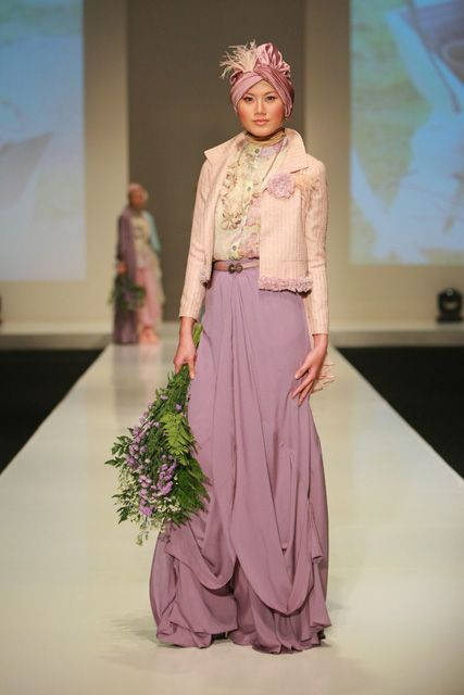 Google Image Result for http://4.bp.blogspot.com/-esWg-5fmNgg/T7MWAkIQXrI/AAAAAAAAAWA/Y5cATZSec4I/s1600/muslim-fashion-indonesia-fashion-week-2.jpg