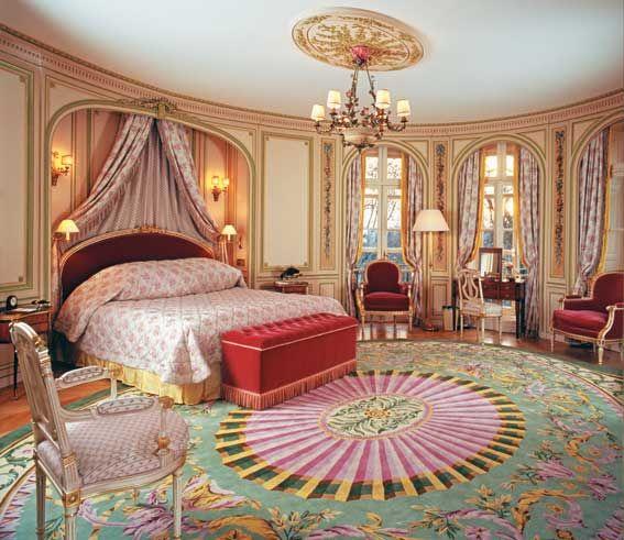 The Ritz London  150 Piccadilly, Westminster, Londres, W1J 9BR. El mundialmente famoso Hotel Ritz ofrece vistas al parque Green de Londres. Este impresionante edificio neoclásico ofrece lo máximo en lujo con sus exclusivas habitaciones, su deliciosa comida británica y su té tradicional de la tarde. Las habitaciones del Hotel Ritz combinan la impresionante arquitectura de época y los muebles antiguos con las comodidades modernas. Están decoradas en tonos cálidos y tienen techos altos,........