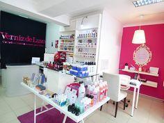 Na Verniz de Luxo você encontra diversas marcas de vernizes, acessórios, cuidados para as unhas, o cantinho da manicure e o nosso Nail Bar.