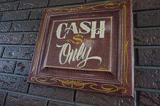 Een van een soort Garage kunst Cash only, teken hand geschilderd in de goede oude ons van A door snoekbaars met één schot emaille op een 14 x 16 verhoogd houten deur. Zou ziet er geweldig uit in een Tattoo shop, zakelijke of garage hangout.