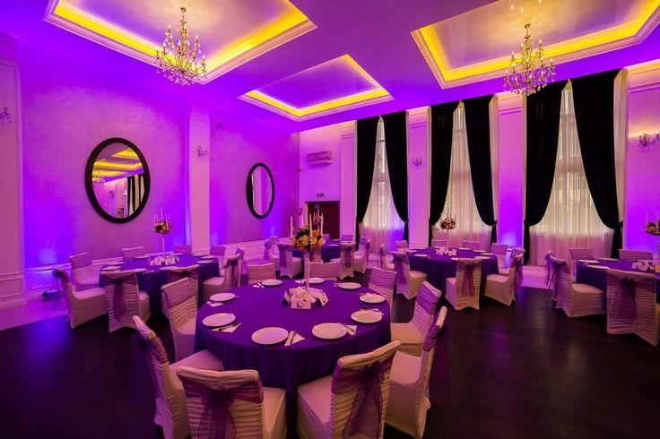 Decor pentru nunta cu huse slim crețe,eșarfe mov,sfeșnice cu aranjamente florale artificiale și lumini ambientale profesionale la Aerostar.