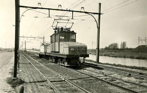 """De """"krokodil"""" A1051 met aanhangrijtuig H53 en een platte goederenwagen, op 23 april 1957 te Sloterdijk foto: Cees Pot"""