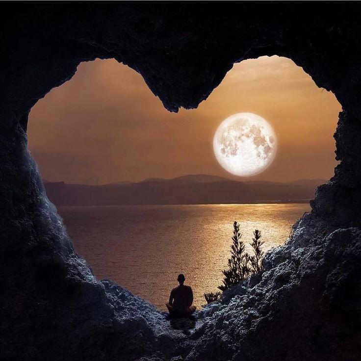 La luna llena a través del corazón de la naturaleza
