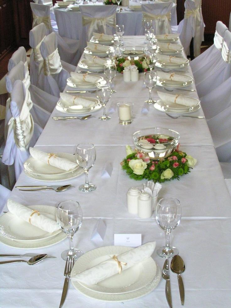 Terített, díszített asztal. Jöhetnek a vendégek!