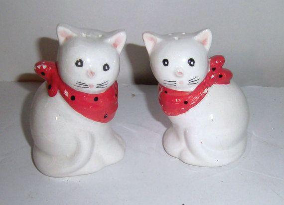 Vintage Cat Salt & Pepper Shakers - céramique sel et poivrières - Kitty Cat Shaker Set - blanc chat salière - arcs rouges