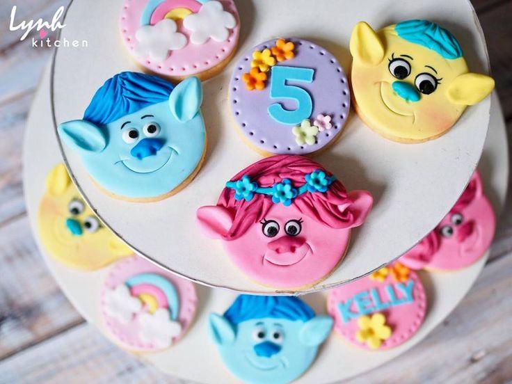 #lynhkitchen #fondantcake #cutecake #chocolatecake #Trollsfondantcake #trollscake 👉🏻Để được hỗ trợ và tư vấn trước khi đặt bánh : 💌Inbox cho Lynh Kitchen hoặc fanpage Lynh Kitchen ☎️Hotline: 0936330333-01226175596 📪Địa chỉ: 161 Nguyễn Thị Nhỏ P9 Tân Bình 🚙 Giao bánh tận nhà