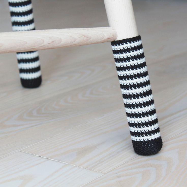 Jeg har netop købt en af de klassiske taburetter fra Trævarerfabrikernes Udsalg. Jeg har valgt at give den sokker på så den får et lille twist men som også gør lyden mod gulvet lidt blødere…:…