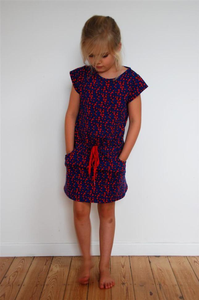 De Candy jurk uit LMV stond al even op mijn to do lijstje. Het patroon bleef echter lang aan de kant liggen wegens mijn koudwatervrees voor tricot. Maar toen zag ik de cupcakes stof van Lucy has a Secret bij … Lees verder