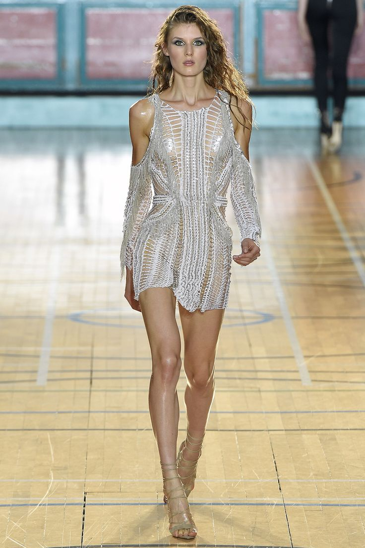 See the complete Julien Macdonald Spring 2017 Ready-to-Wear collection.
