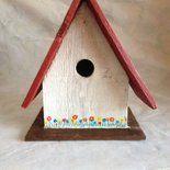 """Casetta per uccelli in legno realizzata a mano e dipinta con colori all'acqua. Tutte le mie creazioni sono realizzate con legni riciclati quindi ogni pezzo può considerarsi """"UNICO"""". dimenzione: 1..."""