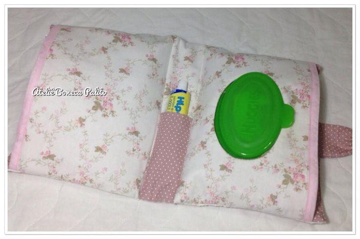 porta kit de higiene do bebê ideal para portar lenços umedecidos, fraldas e pomada. Feitos de tecido de algodão tricoline acolchoado com manta acrílica.