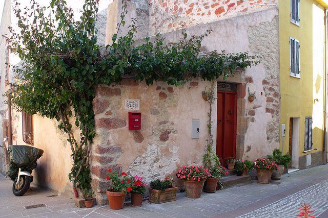 Tipica casetta in pietra rossa..