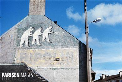 Publicité peinte sur mur pour la peinture Ripolin. Environs de Paris, années 1970. Photographie de Léon Claude Vénézia (1941-2013).  © Léon Claude Vénézia / Roger-Viollet