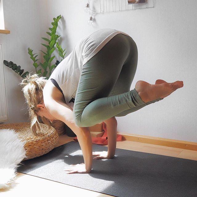 Mittlerweile kommt mir die #Krähe tatsächlich recht einfach vor, weshalb ich momentan sehr viel Spaß daran habe mich auch mal an ein paar Variationen ranzutasten Die sind (bis auf die seitliche Krähe) aber definitiv nicht vorzeigbar Yoga Photography | Yoga für Anfänger | Yoga Übung | Yoga Outdoor | Yoga Natur | Yoga Inspiration | Yoga Lifestyle #YogaChallenge #yogainspiration