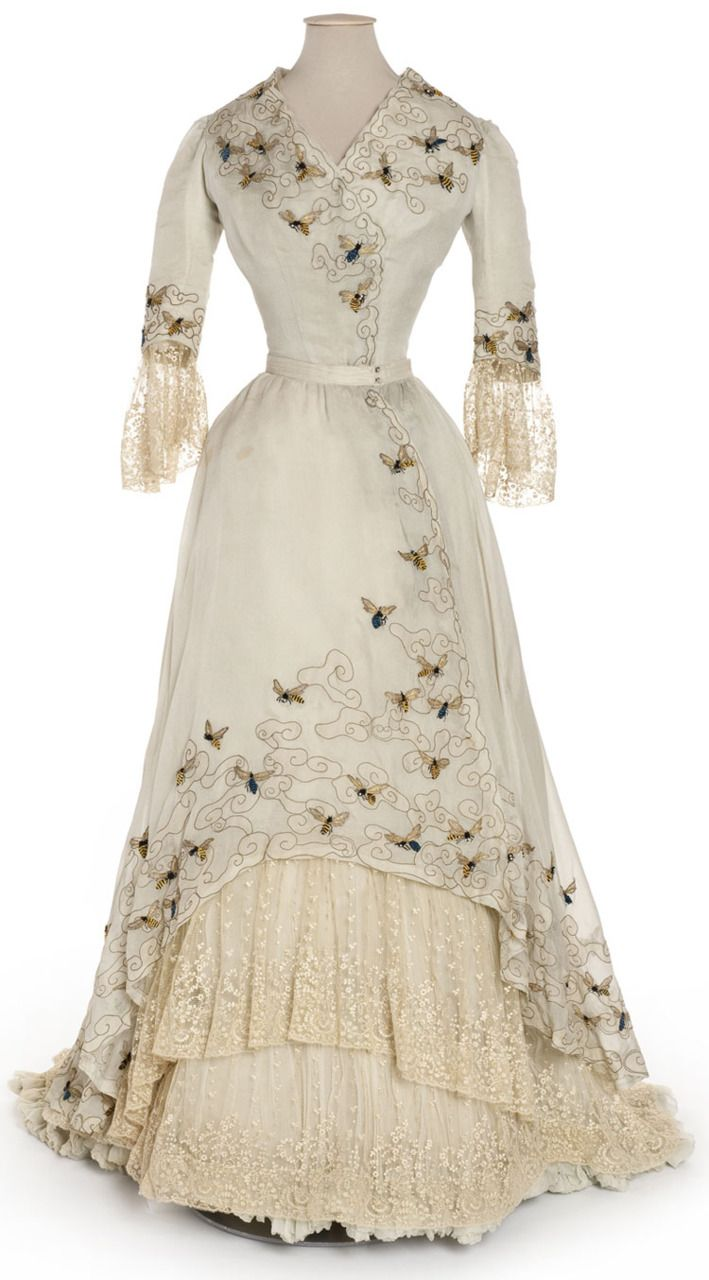 1900-05 Edwardian Bumble Bee Dress-Embroidered | Robe du soir Doucet, Paris, Mousseline, broderie de filé or, chenille et strass, dentelle à l'aiguille