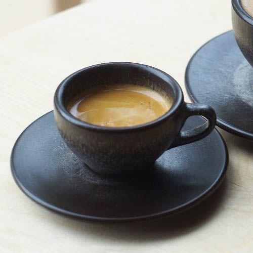 Espresso Tasse mit Untertasse hergestellt aus recyceltem Berliner Kaffeesatz und nachwachsenden Rohstoffen.