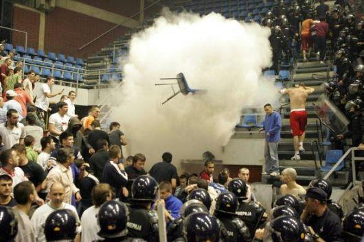 Scontri fra la polizia e i fan della Red Star durante una partita di basket a Belgrado