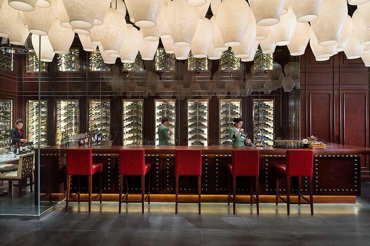 50 artistas de todo el mundo contribuyeron con piezas de arte para la decoración del hotel, como estas lámparas que están en la barra del bar. | Galería de fotos 12 de 16 | AD MX