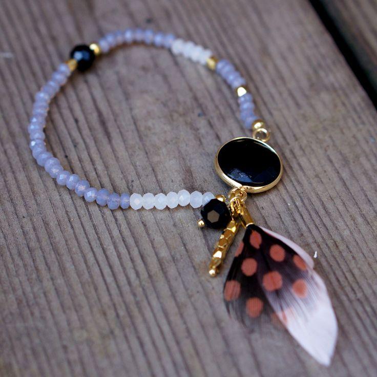 leuke kralen armband met steen en veertje ibiza boho gypsy stijl www.beadle.nl