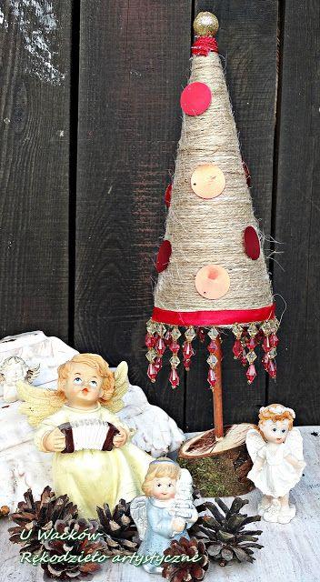 Rustykalna choinka ze sznurka z czerwonymi dodatkami
