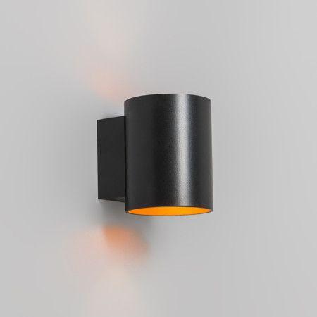 Wandlamp Sola rond zwart/goud - Eenvoudige, neutrale, compacte en overal toepasbare wandlamp met lichtuitstraling naar boven en beneden. De wandlamp is prachtig uitgevoerd in zwart met goud.