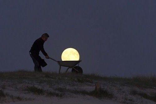 In posa con la Luna
