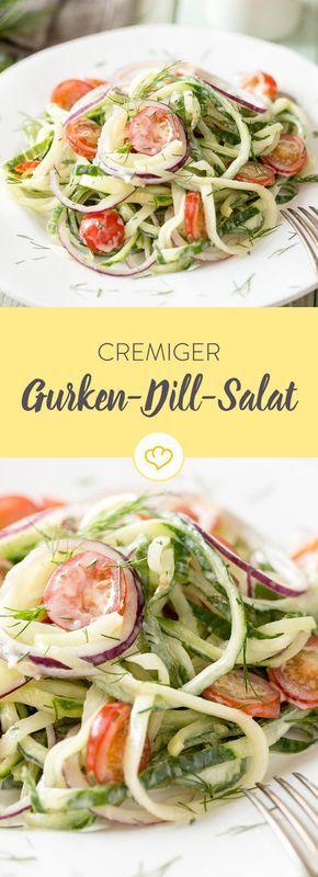 Gurkenstreifen, cremiger Joghurt, kleine, saftige Kirschtomaten, ein wenig Dill– schon ist der leichte, kühle Gurkensalat fertig.