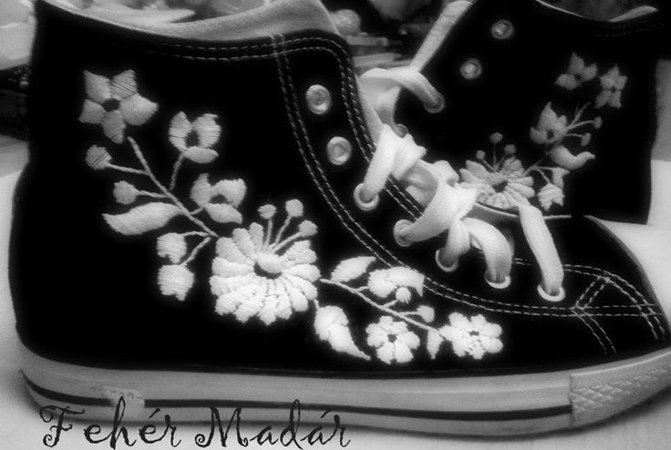 Az én Kalocsai mintás tornacipőm....:)