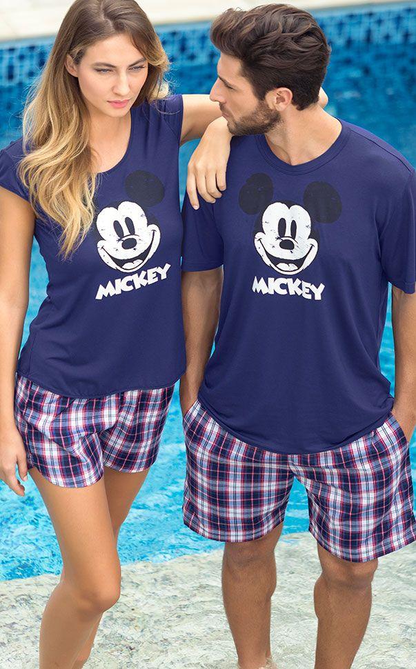 Blusa de Modal com estampa localizada Mickey Vintage fazendo conjunto com shorts de tricoline xadrez. Totalmente natural, suave, ótimo caimento e confortável. A linha também conta com tamanhos infantis e masculino pra vestir toda a família.