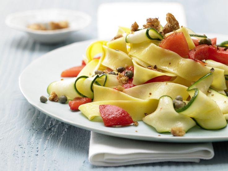 Paprika-Zucchini-Nudeln - mit Chilibröseln - smarter - Kalorien: 478 Kcal - Zeit: 45 Min. | eatsmarter.de
