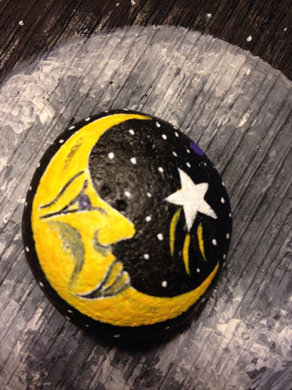 """Para todas las """"lunáticas"""" como yo, que le inspire la luna y las estrellas, qué simpática pintura sobre piedra, me gusta!!!!!"""