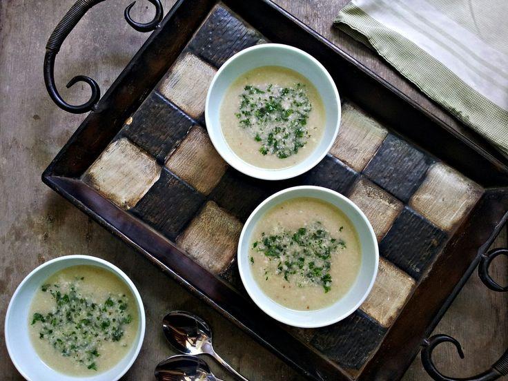 Krémová květáková polévka s bylinkovým drobením (paleo, whole30)