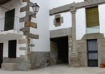 Restos del Palacio del Obispo Lobera. Así se conoció al obispo Pedro González de Acevedo (s. XVI) quien pasaba aquí los veranos. Tras su muerte los vecinos de Piornal empezaron a construir casas en el interior del palacio.