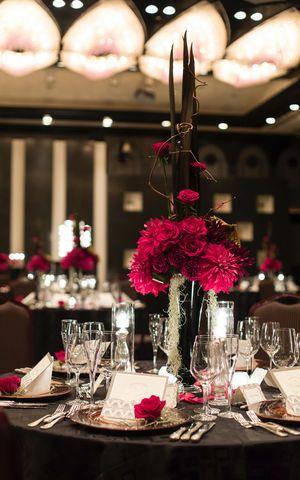 黒×赤の大人モードな会場♪ 赤い会場装花のアイデア一覧。