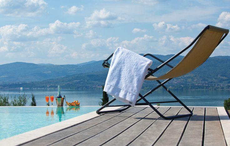 Het mooie zwembad ligt in een goed onderhouden tuin bij het huis en geeft dankzij haar positie de indruk dat je in een meer zwemt. Wie wilt dat nou niet?