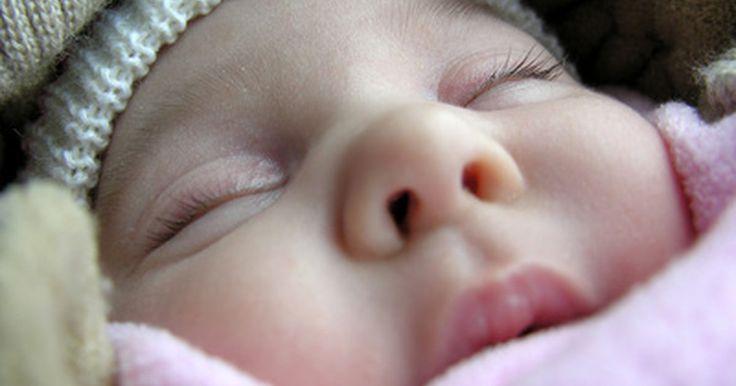 Horario de sueño para un bebé de 10 semanas de edad. Muchos padres se ven privados del sueño poco después de traer a casa un bebé. Los bebés recién nacidos no pueden dormir por ratos largos y requieren de alimentación frecuente. A las 10 semanas los patrones de sueño probablemente comenzarán a emerger y los cuidadores pueden obtener al menos unos espacios buenos de sueño cada noche. Es importante ...