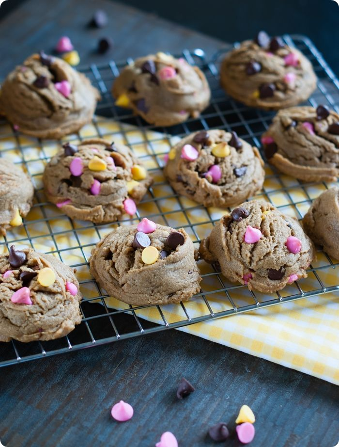 springtime peanut butter chocolate chip cookies ... soft, puffy cookies to celebrate SPRING! from @bakeat350