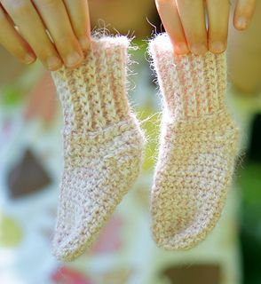Very quick and easy toe up newborn baby sock. Uses only about 1 oz of yarn to make the pair. Pair it with the V-Stitch hat and you'll have yourself a fabulous baby shower gift! Enjoy.