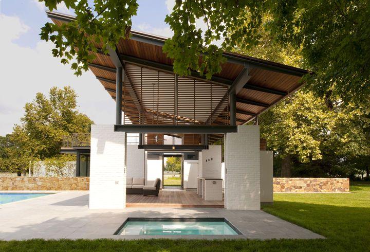 Бело-окрашенные кирпичные опоры поддерживают структуру, которая предназначена для имитации элементы дизайна оригинального 1930 дом, около 100 метров.  Предоставлено Юлия Гейне.