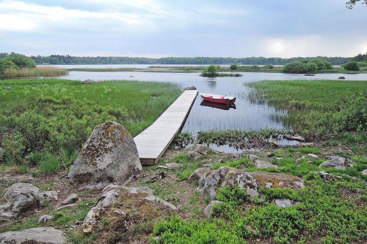 Nagelneu erbautes Ferienhaus! Sie wohnen in exklusiver Alleinlage auf einer Landzunge, direkt am See Skeingesjön. Bootssteg und Ruderboot liegen direkt vor Ihrer Haustür - auf nach Schweden!