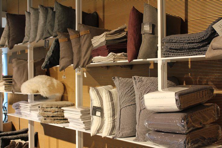 Vi har masser af bløde og lækre tæpper til sofaen, sengen eller stolen.