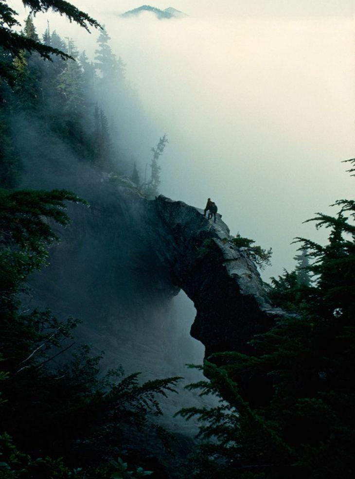 Los turistas hacen su camino por un puente de piedra natural, Monte Rainier, estado de Washington, EE.UU, 1963  Fotografías Del Pasado | Diseño y Fotografía - Todo-Mail