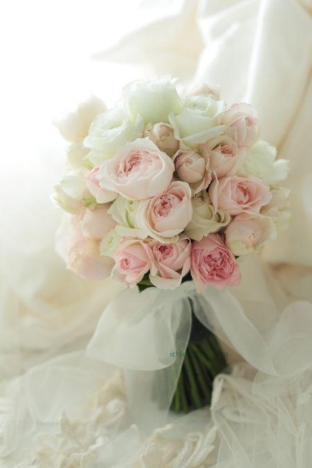 クラッチブーケ 明治記念館さまへ 白とピンクのバラで