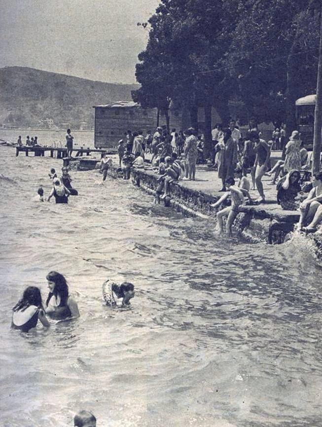 1960lı yıllarda Sarıyer'de denize giren kadınlar erkekler ve çocuklar... #sarıyer #istanlook