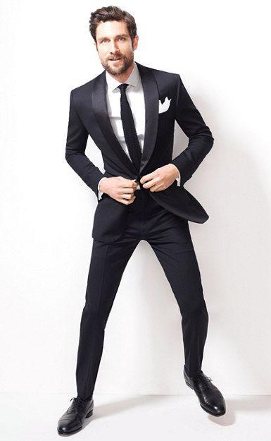 メンズ シンプルな黒スーツの着こなし方