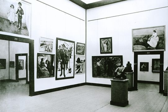 "Une photo d'époque de l'exposition Sonderbund en 1912 à Cologne. The Sonderbund catalog so dazzled Arthur Davies, then president of the American Assn of Painters + Sculptors, he wrote an enthusiastic note to fellow artist Walter Kuhn, saying, ""This is what I want the Armory show to be like!"" — all the best avant-garde work from America and abroad, shown together with their historical antecedents. The 1913 Armory show rocked American aesthetics forever."